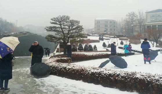 설경이 예쁘기로 외국인들에게 소문난 서울 서대문구 이화여자대학교 캠퍼스에는 아침부터 관광객들이 눈과 함께 인증샷을 찍고 있었다. 박해리 기자