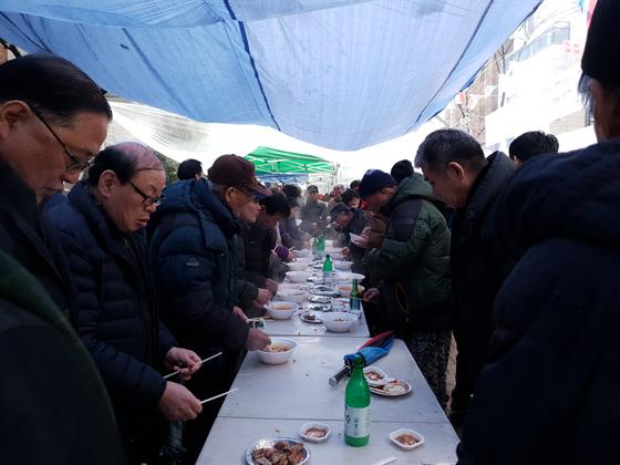 신림동 주민센터 앞에는 오전 9시부터 대보름맞이 행사가 열렸다. 김정민 기자