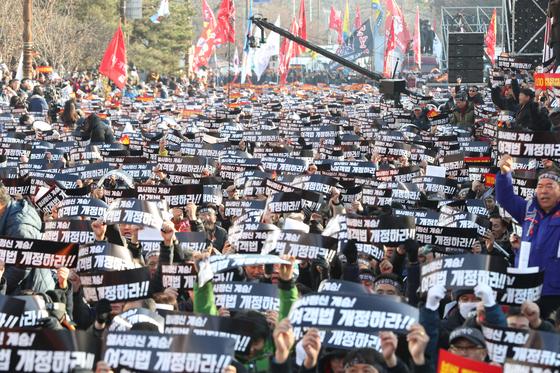지난해 12월 서울 여의도에서 열린 카카오 카풀 반대 집회에서 참가자들이 구호를 외치고 있다. [뉴스1]