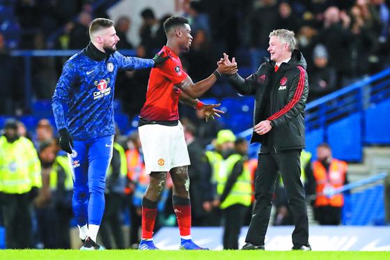 폴 포그바(가운데)가 첼시전에서 승리를 거둔 뒤 솔샤르 감독의 손을 잡고 기뻐하고 있다. [AP=연합뉴스]