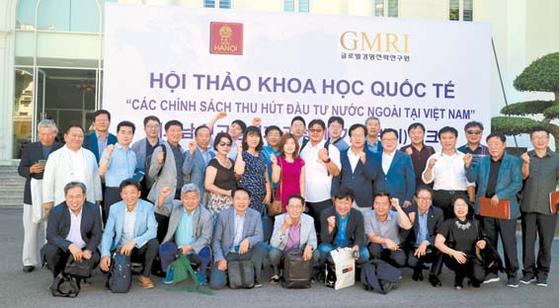 '하노이대 베트남CEO과정'은 8박9일의 베트남 현지연수가 강점이다. 제1기의 베트남 연수 참가자가 하노이대에서 기념촬영을 하고 있다. [사진 글로벌경영전략연구원
