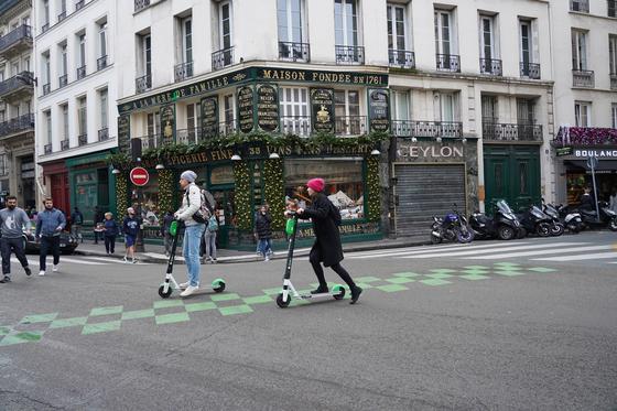 파리시민들이 차량 대신 공유 전동 킥보드를 이용하고 있다. 천권필 기자.