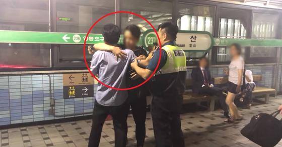 경찰과 싸우던 당산역 취객, 청년이 안아주자…네티즌 반성한다
