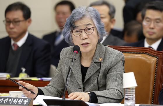 박은정 국민권익위원장이 2017년 11월 27일 오전 국회 정무위원회에서 의원들의 질의에 답하고 있다. [중앙포토]