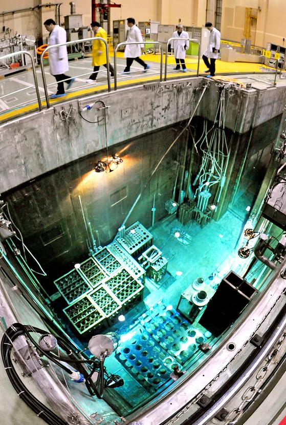 한국이 유럽 시장에는 최초로 원자력 기술을 수출하게 됐다. 하나로원자로에서 축적된 기술을 토대로 한 것이다. 사진은 대전 유성구에 위치한 한국원자력연구원 내 하나로원자로를 연구원들과 관계 공무원들이 둘러보고 있는 모습. [프리랜서 김성태]
