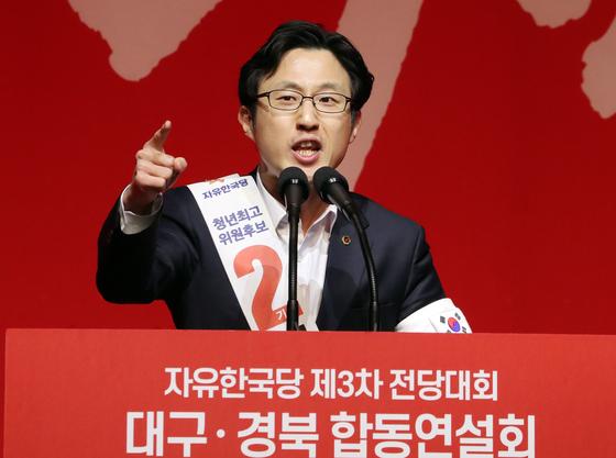 18일 오후 대구 엑스코 엑스코홀에서 열린 자유한국당 제3차 전당대회 대구 경북 합동연설회에서 김준교 청년최고위원 후보가 지지를 호소하고 있다. [뉴시스]