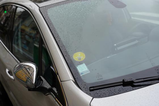 파리시내에 주차된 차량 앞 유리에 친환경등급이 표시된 스티커가 부착돼 있다. 천권필 기자.