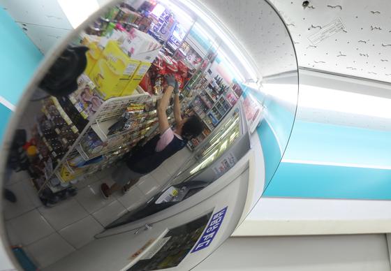 서울시내 한 편의점, 직원이 진열대의 상품을 정리 중이다. 중앙포토
