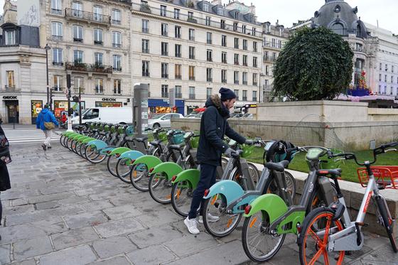 파리시민들이 공유 자전거를 이용하고 있다. 천권필 기자.
