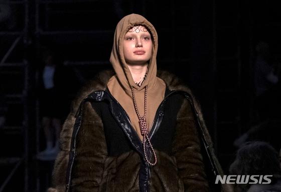2019 런던 패션위크의 버버리 무대에서 논란이 된 밧줄 올가미 장식물을 단 후드 티셔츠. [뉴시스]