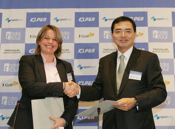 2006년 당시 홍석규 KLPGA 회장은 방송권 제도 도입을 결심한다. [중앙포토]