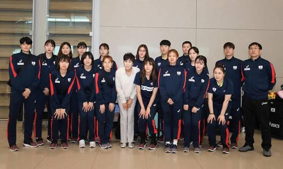 한국 여자배구대표팀이 지난 17일 2018 국제배구연맹(FIVB) 발리볼네이션스리그(VNL) 일정을 마치고 귀국해 인천국제공항에서 기념 촬영을 하고 있다. [사진 대한배구협회]