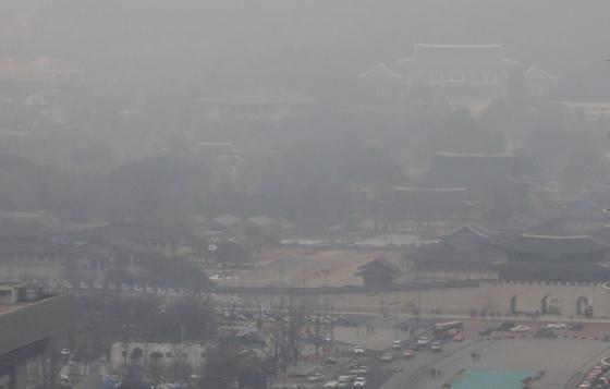 고농도 미세먼지 예비저감조치가 처음으로 수도권에 발령된 20일 서울 시내가 뿌옇다.   예비저감조치는 당일 오후 5시 예보 기준으로 앞으로 이틀 연속 초미세먼지(PM 2.5) 농도가 50㎍/㎥를 넘을 것으로 예보될 때 발령할 수 있다. 정부는 고농도 미세먼지 발령으로 어린이집이나 유치원 등이 쉬더라도 돌봄서비스 만큼은 정상적으로 제공하기로 했다고 이날 밝혔다.[연합뉴스]