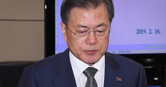 18일 청와대 여민관에서 열린 수석보좌관회의에 참석한 문재인 대통령. [청와대사진기자단]