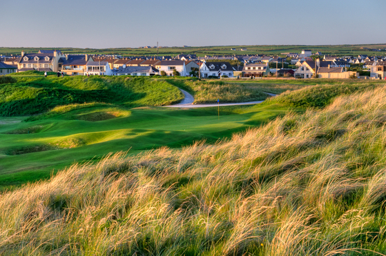 아일랜드에서 가장 어려운 골프장으로 꼽히는 발리뷰니언. 높은 둔덕 사이로 페어웨이가 있다. [중앙포토]