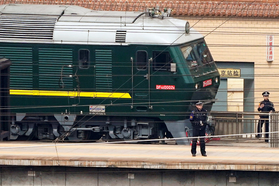 지난해 김정은 위원장의 방중 때 특별열차를 견인햇던 중국 측 기관차.[중앙포토]