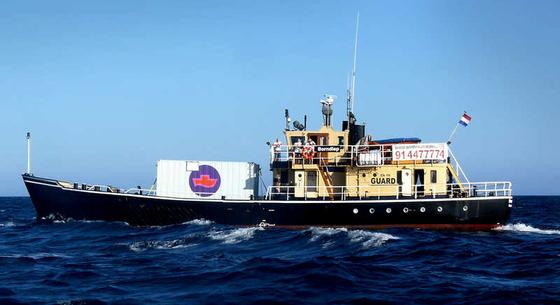 '파도 위의 여성들'(Women on Wave)에서 운영하는 낙태선. 이들은 이 배를 타고 공해로 나가 낙태불법국가에 살고 있는 여성들에게 낙태약을 제공한다. [사진 Women on Waves 홈페이지]