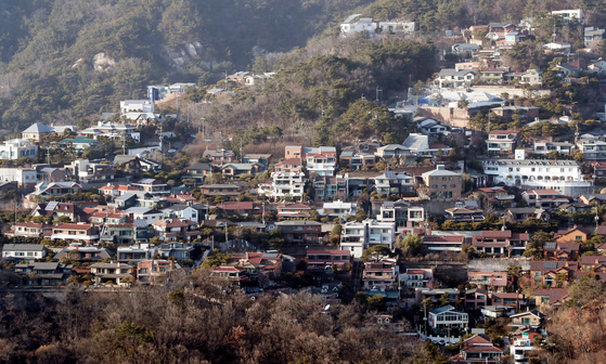 서울 주택 보유자는 올해 단독주택 공시 가격이 급등으로 세금 부담이 늘것으로 보인다. 사진은 서울 평창동 일대의 단독주택 모습. [중앙포토]