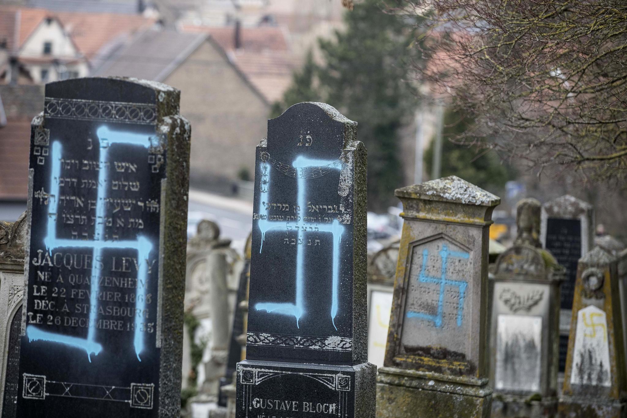 19일(현지시간) 프랑스 동부 카첸하임의 유대인 공동묘지에 나치즘을 상징하는 하켄크로이츠가 칠해져 있다. [AP=연합뉴스]