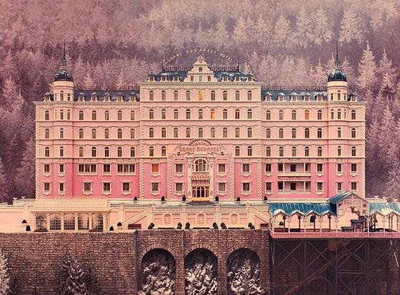 영화 '그랜드 부다페스트 호텔'에서 나온 핑크색 부다페스트 호텔. 이곳의 분위기를 조금이나마 즐겨볼 수 있는 곳이 익선동에 생겼다.
