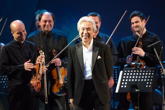 연주를 마치고 청중들에게 인사하는 피아니스트 김대진과 연주자들.[사진 소치겨울예술축제]