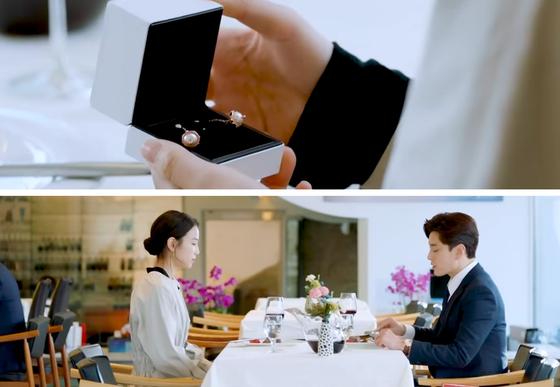 """드라마 '남자친구' 7회. 정우석(장승조 분)이 내민 흰색 박스에는 진주장식의 드롭 귀걸이가 들어있고, 여자는 박스를 열어본다. 귀걸이가 이별 선물임을 알자 여자는 '볼 때마다 생각날 거 같아서요. 그래도 이별인데"""" 라며 받지 않는다. [사진 tvN 드라마 '남자친구' 캡쳐]"""