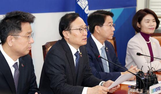 더불어민주당 정책조정회의가 21일 오전 국회에서 열렸다. 홍영표 원내대표가 모두발언하고 있다. 변선구 기자
