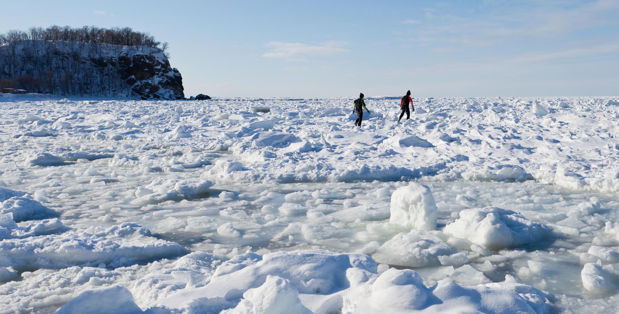 일본 홋카이도 동부 해변은 1월 말부터 3월 중순까지 얼음에 뒤덮인다. 이른바 '오호츠크해 유빙'을 볼 수 있는 시레토코 지역은 유네스코 세계자연유산에도 등재돼 있다. 시레토코 해변에서 '유빙 워크'를 체험하는 사람들. 최승표 기자