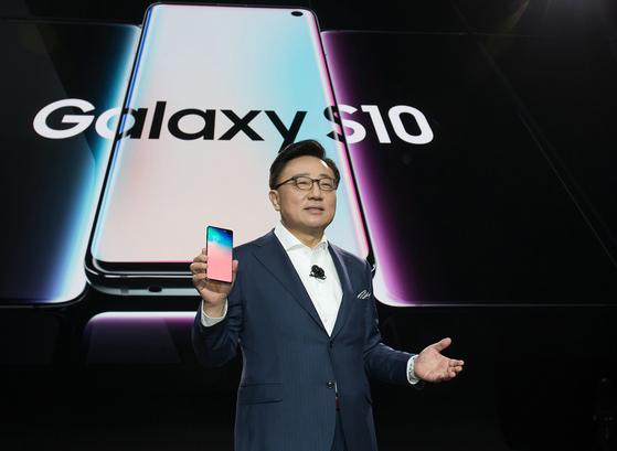 """고동진 삼성전자 IM 부문 사장은 """"갤럭시S10은 기술적 한계를 뛰어넘는 경험 혁신가(Experience Innovator)로 거듭날 것""""이라고 강조했다. [사진 삼성전자]"""