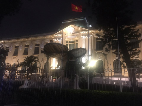 김혁철 북한 국무위 특별대표 일행이 20일 오후 북미 실무협상이 열리는 베트남 하노이에 도착했다. 영빈관 정면 방향의 창문에 커튼이 쳐진채 불이 꺼져 있다. 하노이=백민정 기자