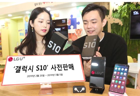 LG유플러스는 갤럭시 S10을 출고가의 60%만 나눠서 내고 24개월 뒤 삼성전자의 신규 프리미엄폰으로 바꾸면 출고가 40%를 보상하는 프로그램을 출시할 예정이다. [사진 LG유플러스]