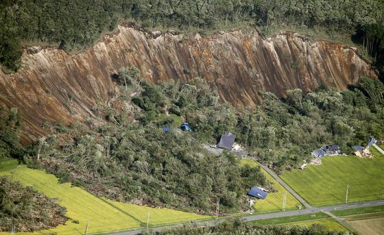 지난해 9월 진도 7이 지진으로 산사태가 발생한 일본 홋카이도 아쓰마초. [로이터=연합뉴스]