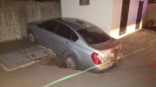 부산 맨션 주차장에 지름 2.5m 깊이 3m 싱크홀…차량 1대 빠져