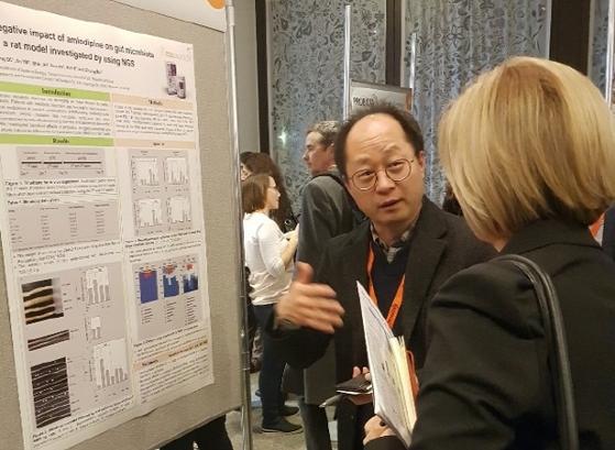 쎌바이오텍 임상현 박사가 PROBIOTA 2019에서 마련된 포스터 발표에서 '바이탈리티' 관련 연구 결과에 대해 참가자에게 설명하고 있다.