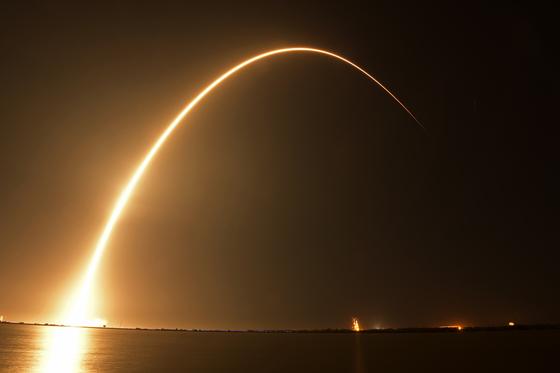 21일 오후 8시 45분 경(현지시각) 이스라엘 스타트업 스페이스일(SpaceIL)이 제작한 무인 달 탐사선 베레시트(Beresheet)가 스페이스X의 팰컨 9 로켓에 실려 발사되고 있다. [UPI=연합뉴스]