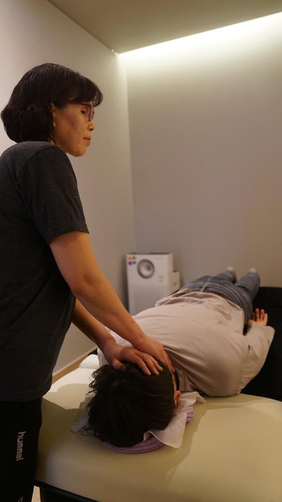 펄어비스 사내에는 전문 안마사가 대기하는 안마실이 있다. 예약하면 30분간 안마로 피로를 풀 수 있다.