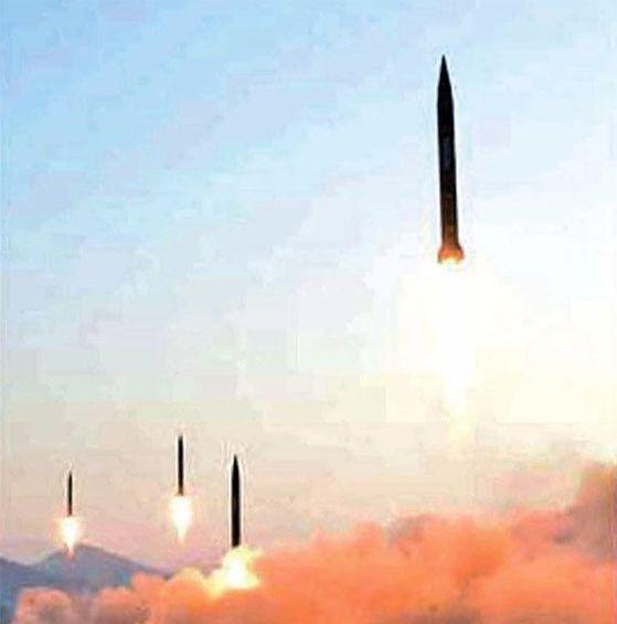 북한군이 2017년 평안북도 철산군 동창리에서 스커드 ER 미사일 4발을 발사하고 있다. 북한 조선 중앙TV는 이날 발사 현장에서 김정은 노동당위원장이 발사를 지도했다고 보도했다. 북한 미사일 개발사의 시작은 73년 4차 중동전쟁 당시 미그기 조종사 파병 대가로 이집트에서 입수한 스커드-B 미사일이었다. 북한은 이를 역설계하고 미사일 기술을 확보했다. 앞서 북한은 67~68년 북베트남에도 조종사를 파병했다. 북한 공군 조종사들은 당시 북베트남 수도 하노이 상공을 맡아 미군기와 공중전을 벌였다. 오는 27~28일 제2차 북미 정상회담이 열리는 바로 그곳이다. [사진 노동신문]