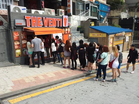 한국 최초로 '저가 대용량 커피'를 판매하여 창업 후 곧 화제가 되었다. '더벤티' 매장 앞 손님들이 줄을 선 모습. [사진 더벤티코리아]