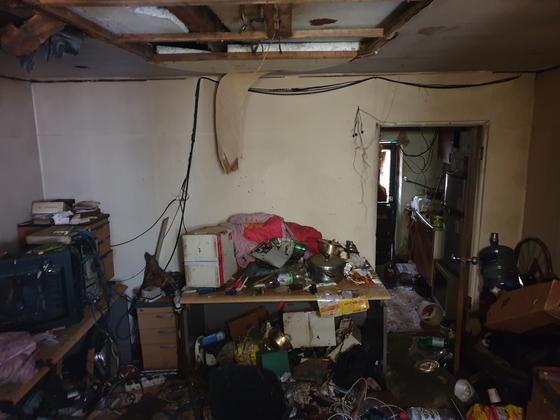 화재가 발생한 방 안에는 라면·술·즉석식품을 먹고난 쓰레기 더미들과 집기들로 어지럽혀져 있었다. 이병준 기자