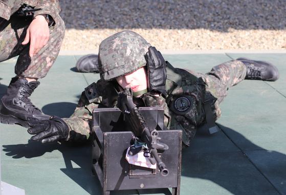 국군간화사관학교 예비생도 기초군사훈련에 참여한 말리나 인턴기자가 실제 사격에 앞서 영점을 맞추고 있다. 실제 사격에서 표적 100m거리에서 2발 쏴 모두 명중했다. [박용한]