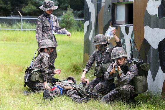 국군간호사관학교 생도들이 전투 현장에서 부상 장병 응급처치와 구조 훈련을 하고 있다. [국군간호사관학교 제공]