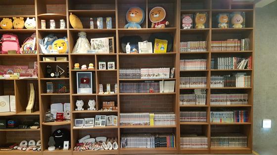 카카오게임즈 카페테리아에는 약 1700여권의 만화책이 구비돼 있다. [박민제 기자]