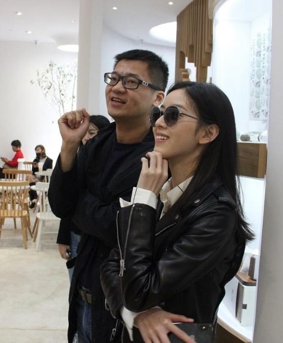 인웨이차 창립자 머우친과 매장에 방문한 징둥 류창둥 회장 부인 장쩌톈 [사진 sohu.com/ 머우친 제공]