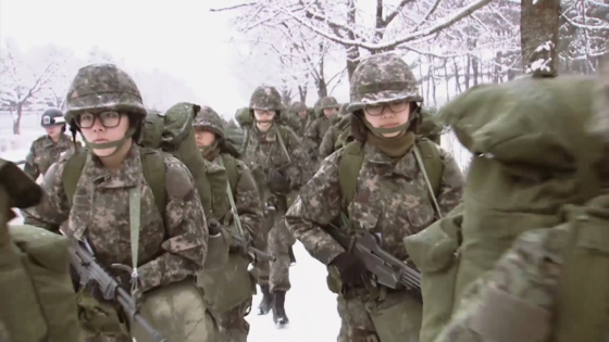 국군간호사관학교 예비 생도들이 기초군사훈련 기간에 행군하고 있다. [국군간호사관학교 제공]