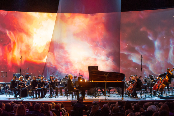 소치 겨울예술축제에서 모차르트 협주곡을 연주하는 피아니스트 김대진. [사진 알렉세이 몰차노프스키]