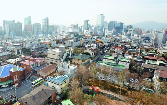 서울 강남구 주택가의 모습. 올해 강남구의 표준 단독주택 공시가격이 전년보다 35% 오르면서 증여세 등 세금 부담도 커질 것으로 전망된다. [연합뉴스]