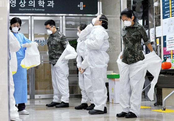 지난 2015년 6월 12일 메르스 확산으로 군 의료진 24명이 처음 투입됐다. 이날 오전 대전 대청병원에서 군 의료진들이 격리환자 치료에 앞서 방역복으로 갈아 입고 있다. [중앙포토]