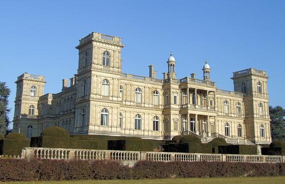 """제임스 로스차일드의 페리에르 저택. 파리에서 동쪽으로 약 25km 떨어진 페리에르-앙-브리(Ferrieres-en-Brie)에 소재. 19세기 저택 중 가장 호화롭다는 이 저택은 1850년대 후반 완공되었고 준공식에는 당시의 황제 나폴레옹 3세가 직접 찾아왔었다. 비스마르크를 재상으로 두었던 프러시아의 황제는 '어떤 왕도 이런 저택을 보유할 수 없다. 오직 로스차일드 만이 할 수 있다""""라고 하였다. 약 천 만평(32km²)의 공원에 둘러싸인 이 저택은 1975년 파리대학에 기증되었다. [사진 출처 Wikipedia(저자 MOSSOT)]"""