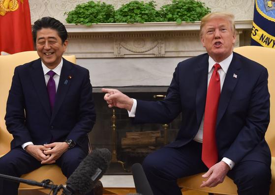 지난해 6월 워싱턴 백악관에서 만난 아베 신조 총리와 도널드 트럼프 대통령이 웃고 있다.[AFP=연합뉴스]