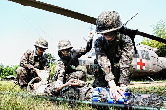 국군간호사관학교 생도들이 전투 현장에서 부상 장병 헬기 이송에 앞서 응급처치 훈련을 하고 있다. [국군간호사관학교 제공]